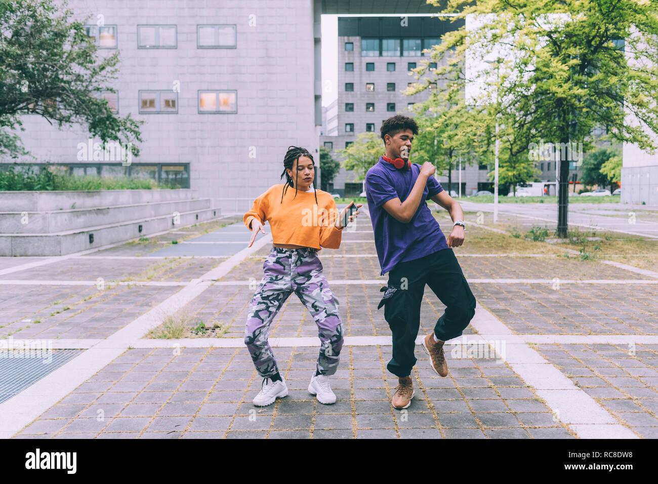 Frère et sœur danser sur les séquences vidéo sur mobile, Milan, Italie Banque D'Images
