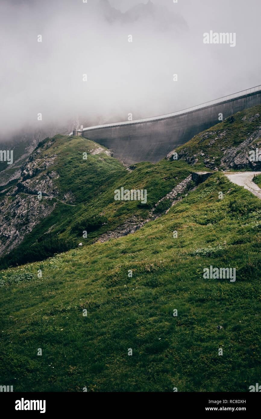 Route sinueuse dans les Alpes, marque, Vorarlberg, Autriche Banque D'Images