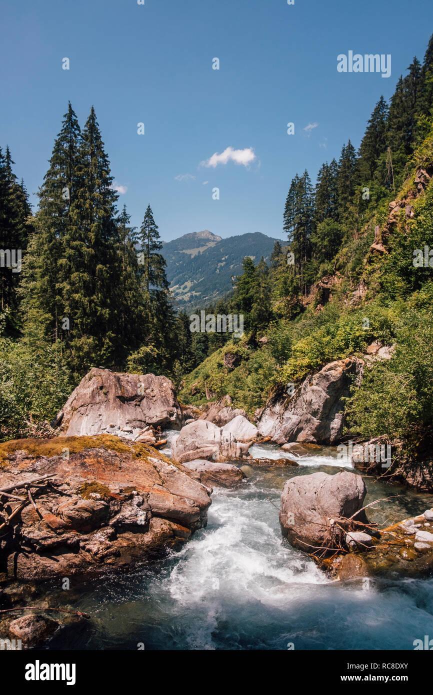 Dans la rivière Nuziders, Vorarlberg, Autriche Banque D'Images