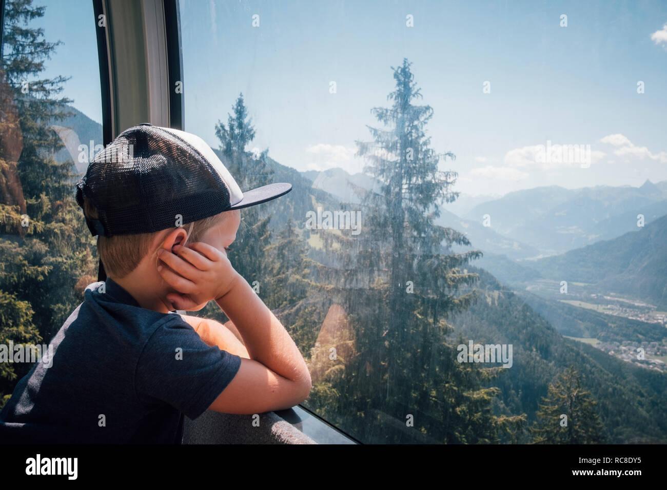 Garçon contemplant vue sur vallée, Bludenz, Vorarlberg, Autriche Banque D'Images