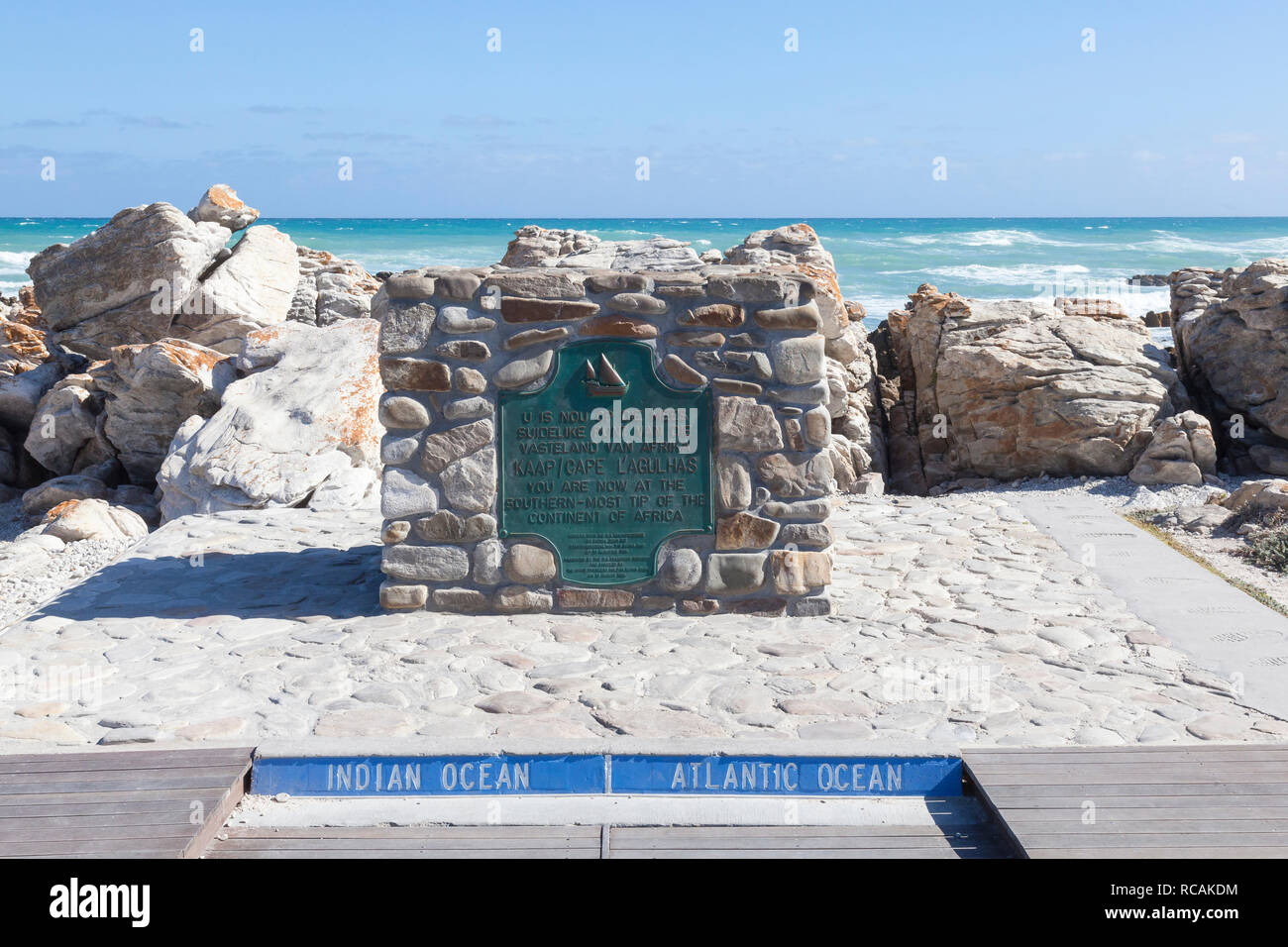 Le monument marquant la pointe sud de Afrrica, Cape Agulhas, Western Cape, Afrique du Sud à la rencontre des océans Atlantique et Pacifique Photo Stock