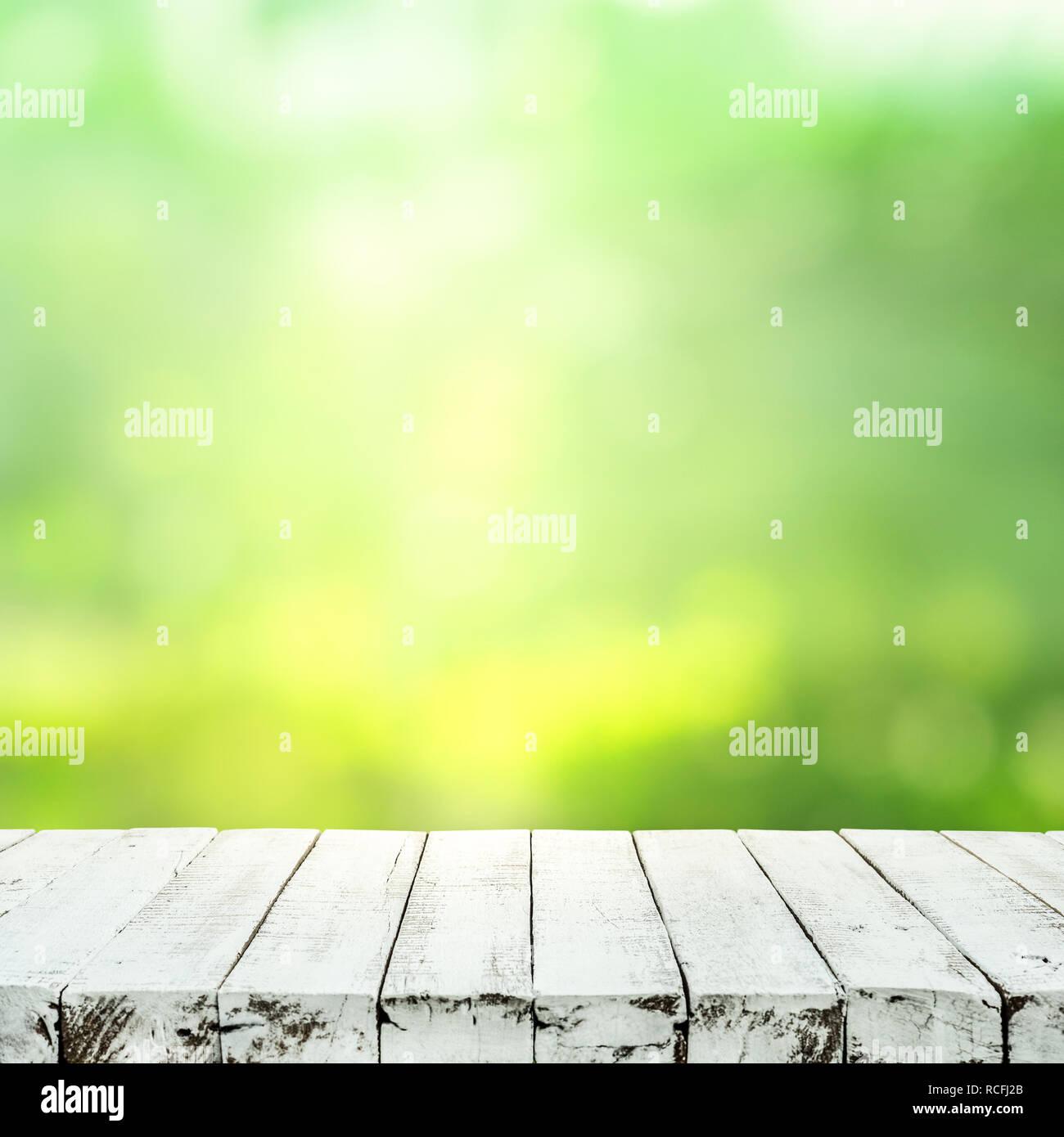 Bois blanc vide sur la table de jardin arbre flou en arrière-plan le ...