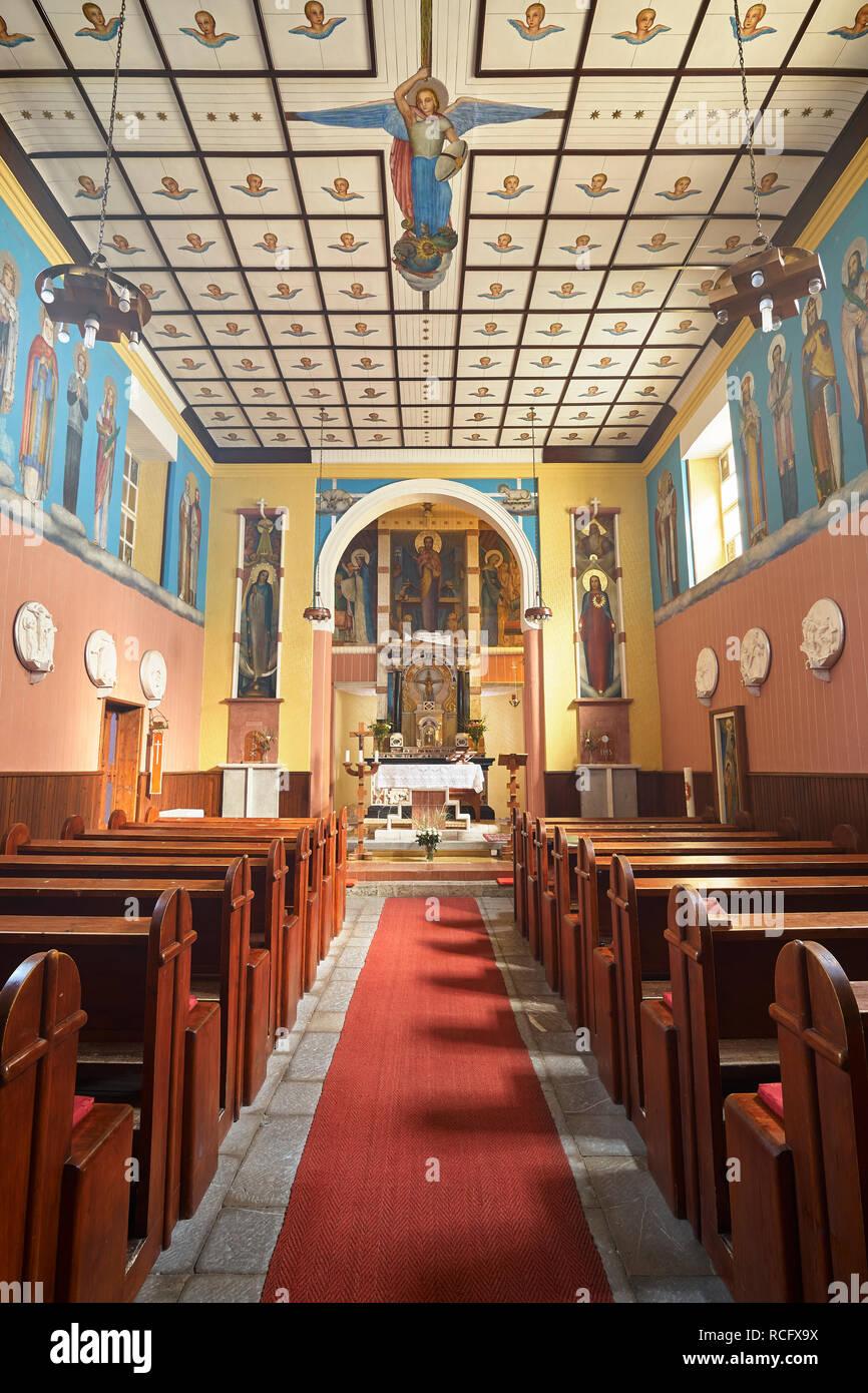 Église de St Joseph, soca, Primorska, la Slovénie. Montrant l'intérieur peint par Tone Kralj, y compris la lutte de l'Archange Michael avec Satan. Bonjour Photo Stock
