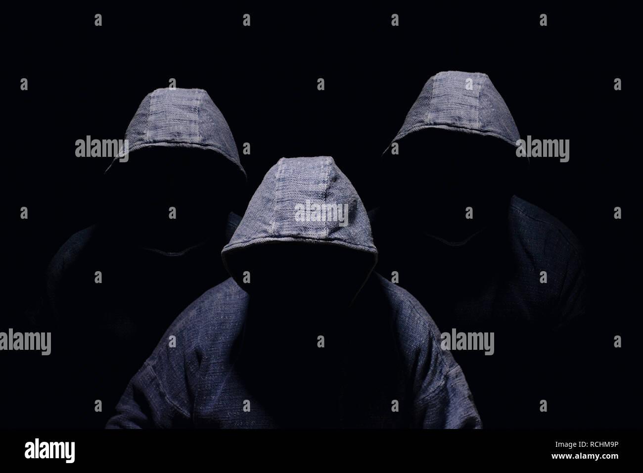 5e97873c2c1 trois-hommes-mysterieux-visage-assombri-avec-silhouette-aucun-face-visible-en- bleu-hoodies-sur-fond-sombre-rchm9p.jpg