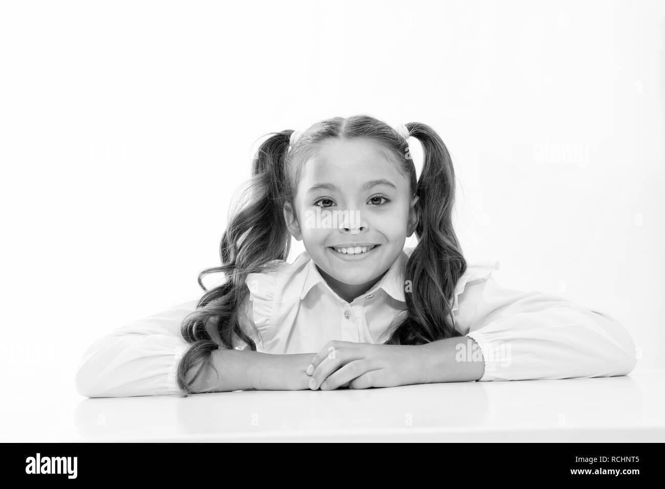 Enfance heureuse. Enfance heureuse de school girl isolé sur blanc. Photo Stock