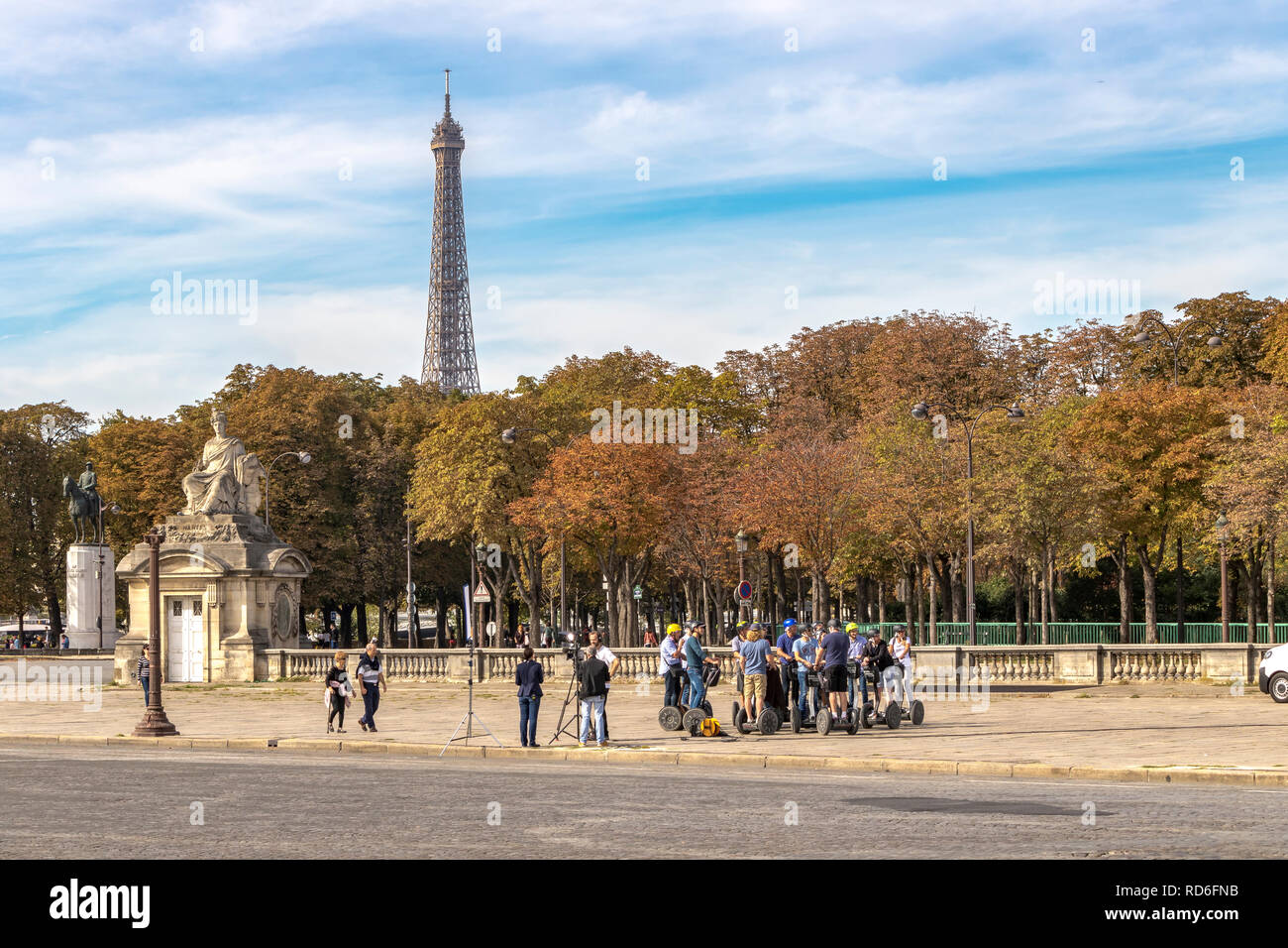 Un groupe d'équitation Segway un reste sur la Place de la concorde avec la Tour Eiffel au loin ,Paris ,France Banque D'Images
