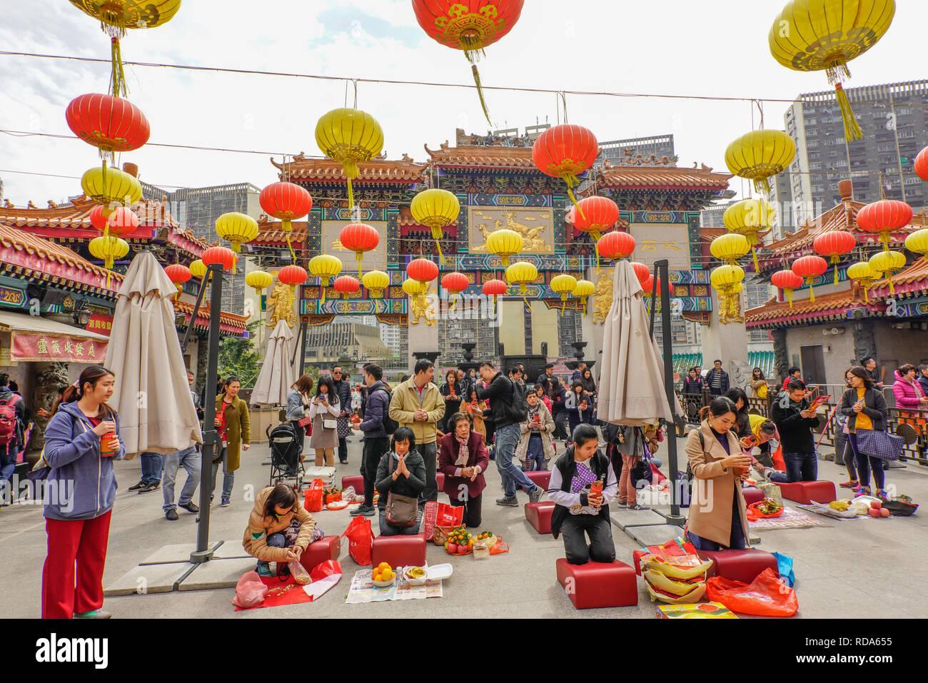 Les fidèles des la Sik Sik Yuen Wong Tai Sin Temple Hong Kong le culte de la lumière sur l'autel des bâtons avant de faire un choix. Photo Stock