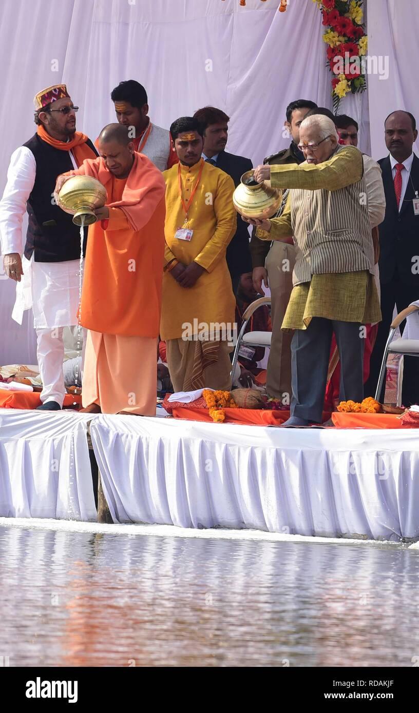 Allahabad, Inde. 17 Jan, 2019. Le président Ram Nath Kovind avec sa famille et de l'Uttar Pradesh Ministre principal Aditya Nath yogi et Gouverneur de Ram naik pose pour la photo au point selfies à Sangam après Ganga Pujan pendant Kumbh. Credit: Prabhat Kumar Verma/Pacific Press/Alamy Live News Banque D'Images