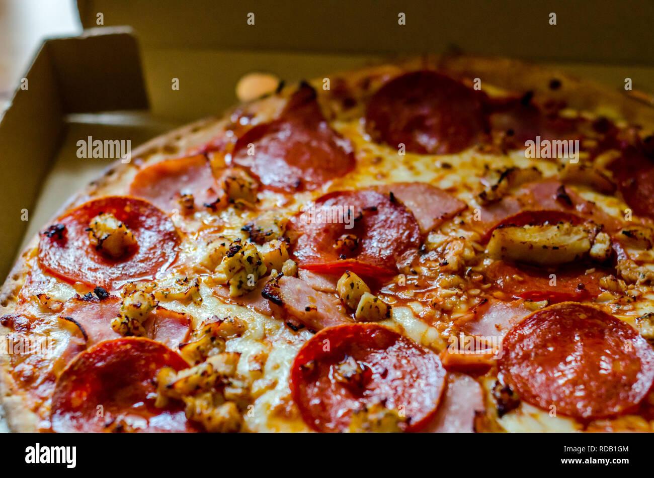 Délicieuse Pizza pizza en carton, livré à votre domicile dans un