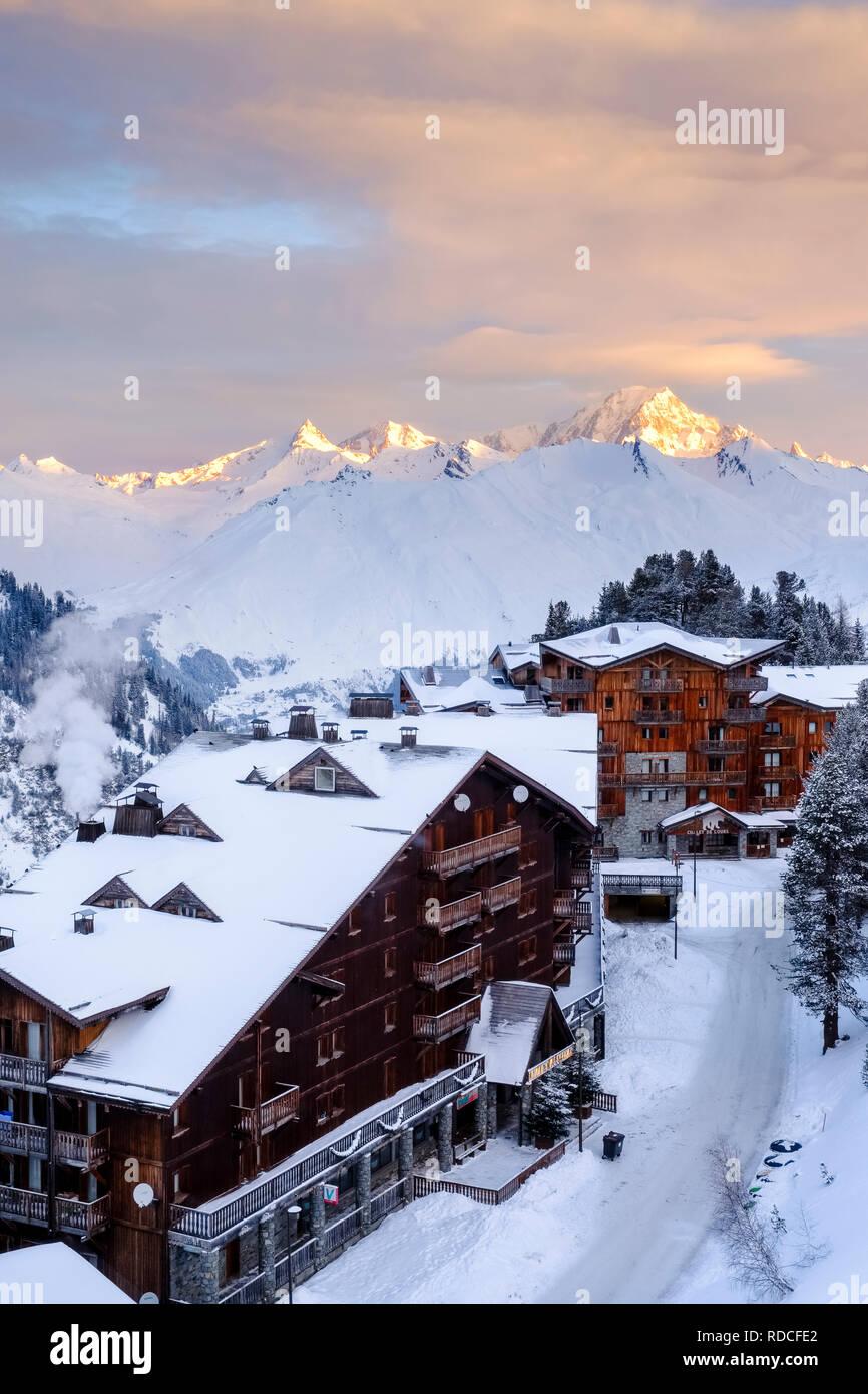 Donnant sur l'Arc 2000 au Mont Blanc comme le soleil se lève. Banque D'Images