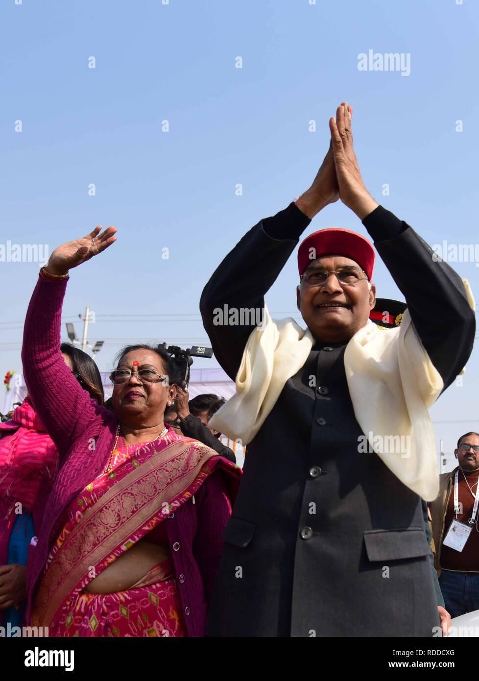 Allahabad, Uttar Pradesh, Inde. 17 Jan, 2019. Le Président de l'Inde KOVIND RAM NATH et sa femme vague comme ils sont arrivés à Sangam pour Ganga Pujan à Allahabad pendant Kumbh Mela. Credit: Prabhat Kumar Verma/ZUMA/Alamy Fil Live News Banque D'Images