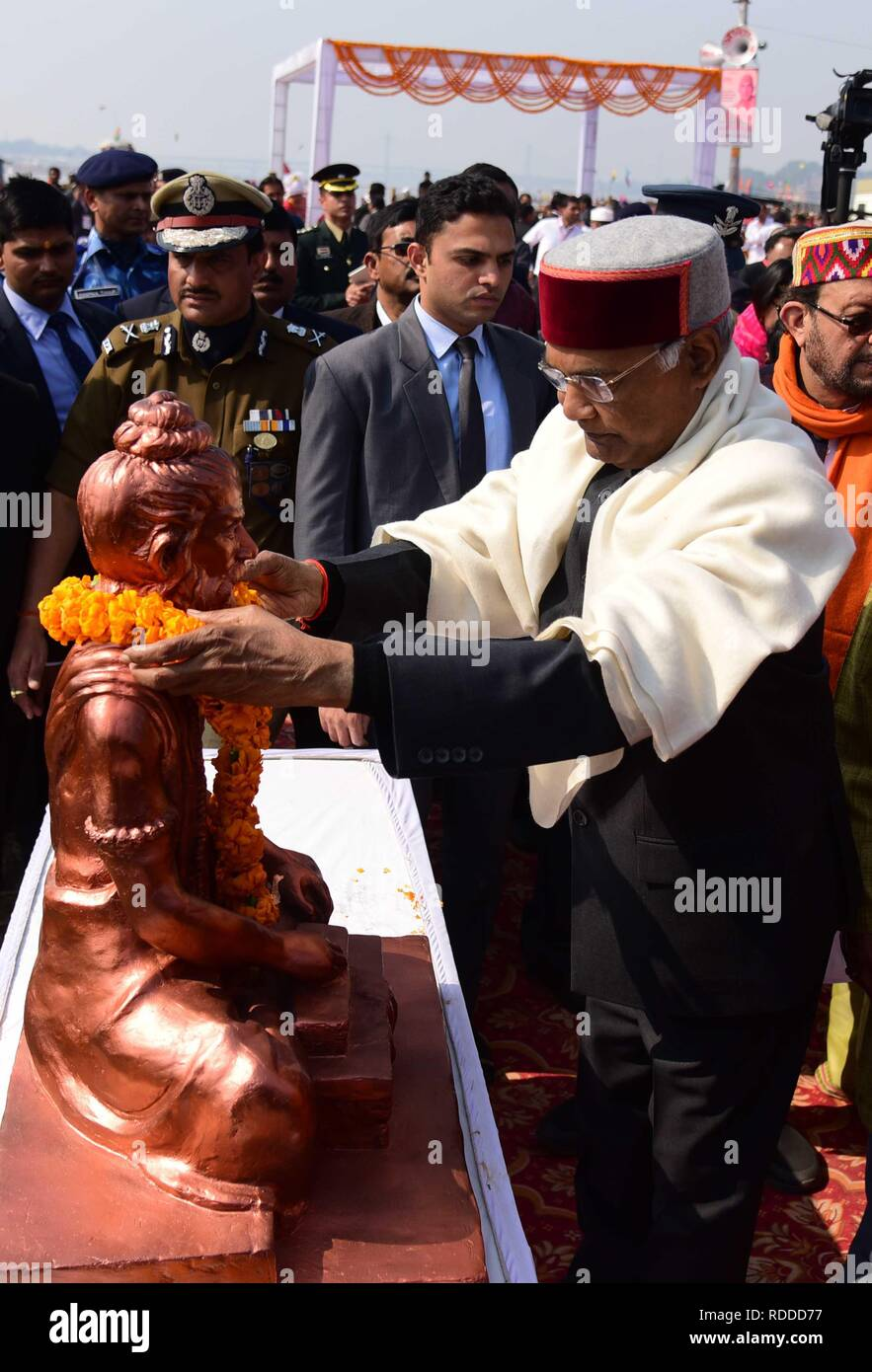 Allahabad, Uttar Pradesh, Inde. 17 Jan, 2019. Le président Ram Nath offre Kovind prière à Maharshi Bhardwaj statue après la cérémonie de dévoilement à Sangam en Allahabad pendant Kumbh Mela. Credit: Prabhat Kumar Verma/ZUMA/Alamy Fil Live News Banque D'Images
