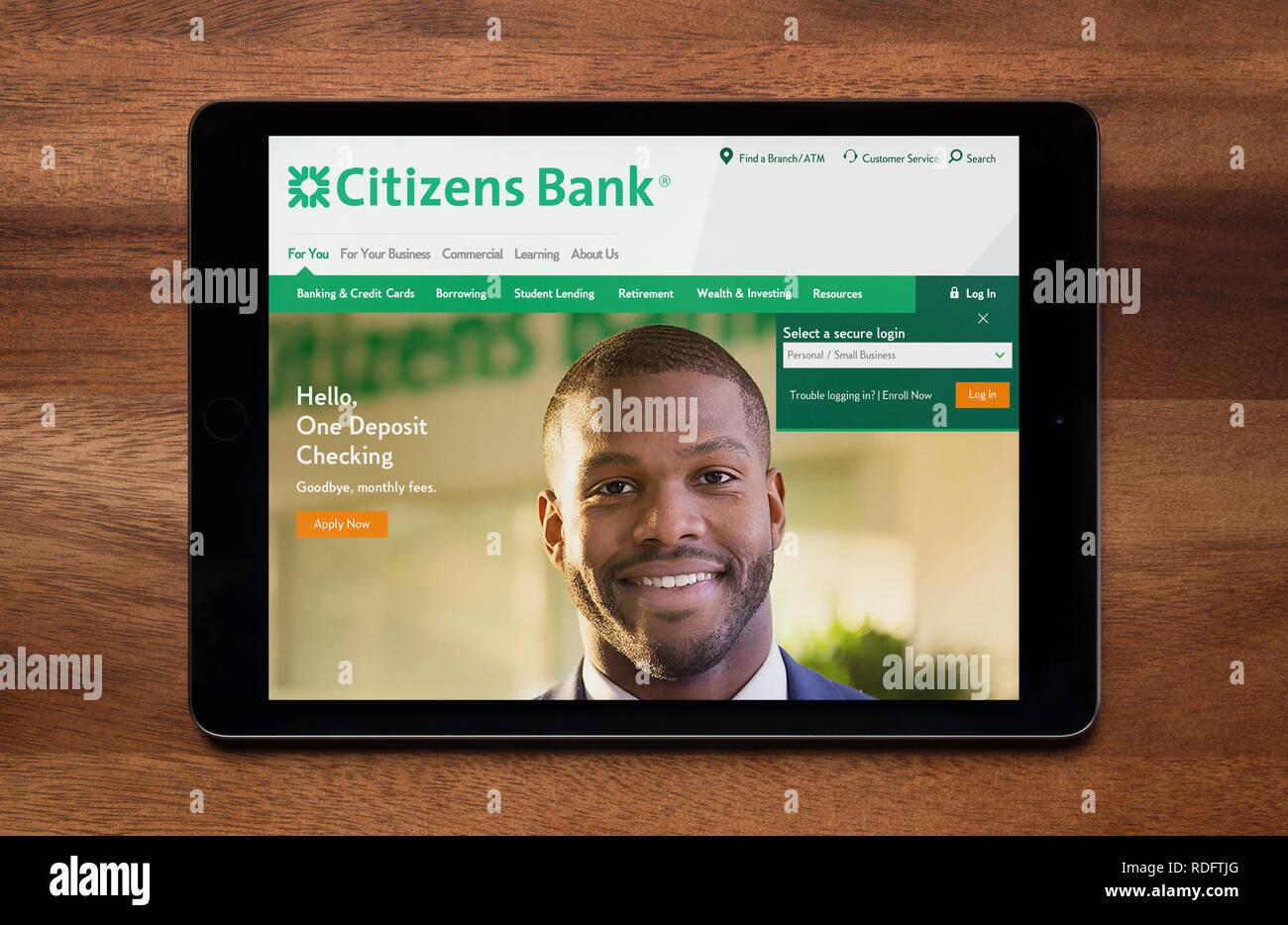 Le site internet de la Citizens Bank est vu sur un iPad tablet, qui repose sur une table en bois (usage éditorial uniquement). Photo Stock