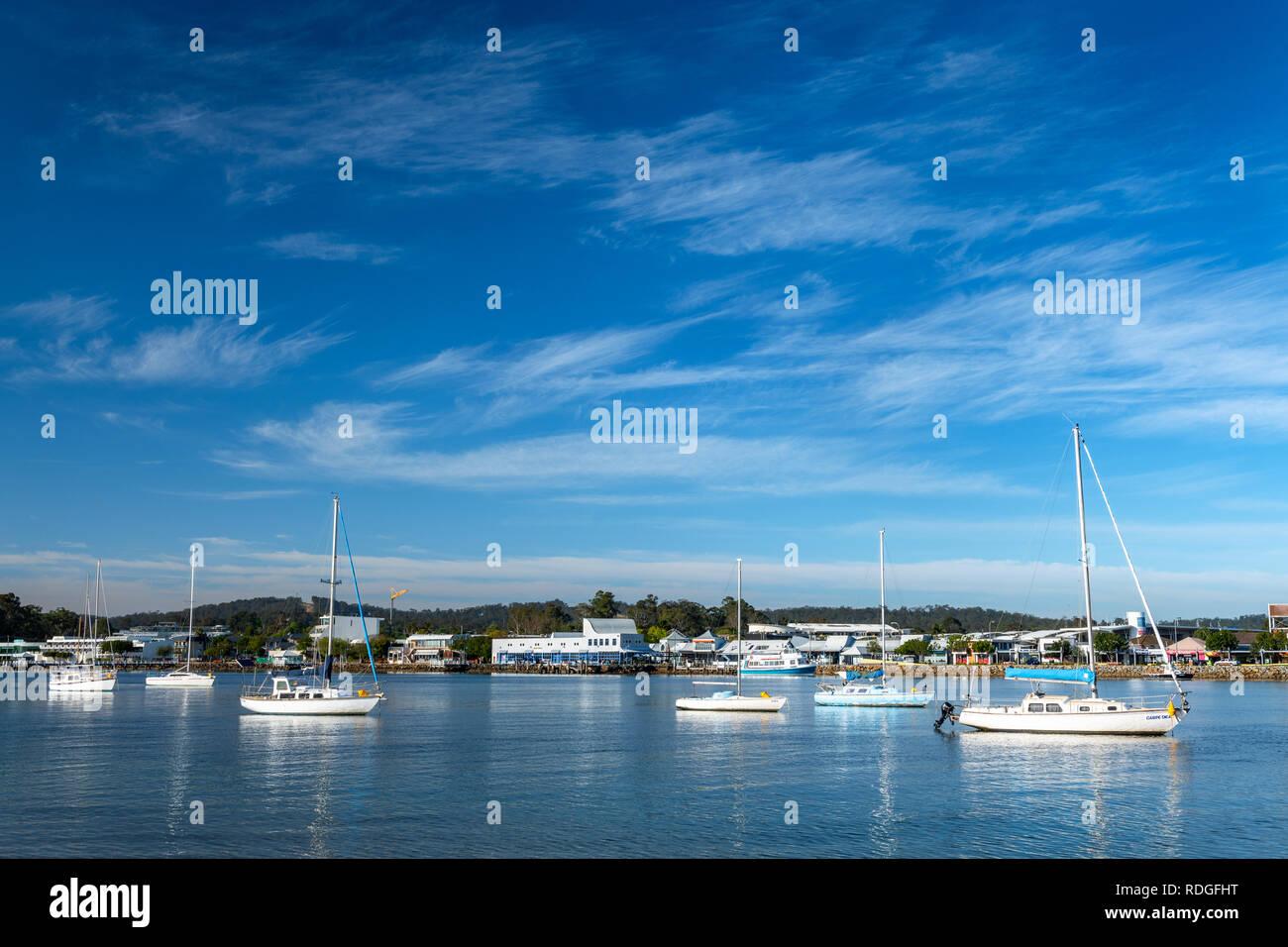 Bateaux à voile sur la rivière Clyde à Batemans Bay. Banque D'Images