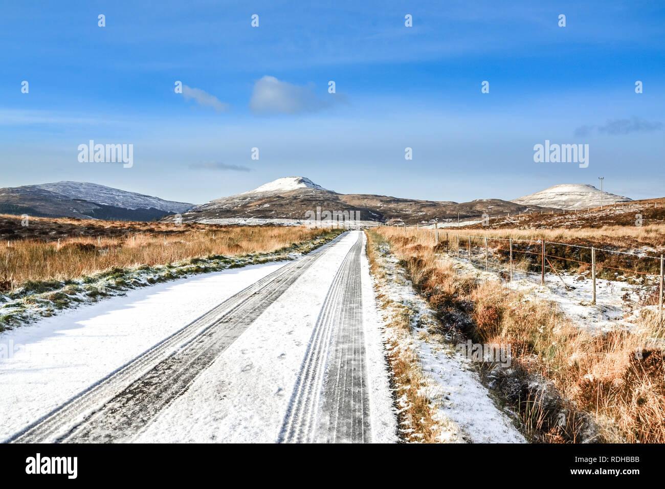 La route couverte de neige, les conditions de route glacée, voyageant à travers l'Ecosse, Scottish paysage d'hiver Banque D'Images