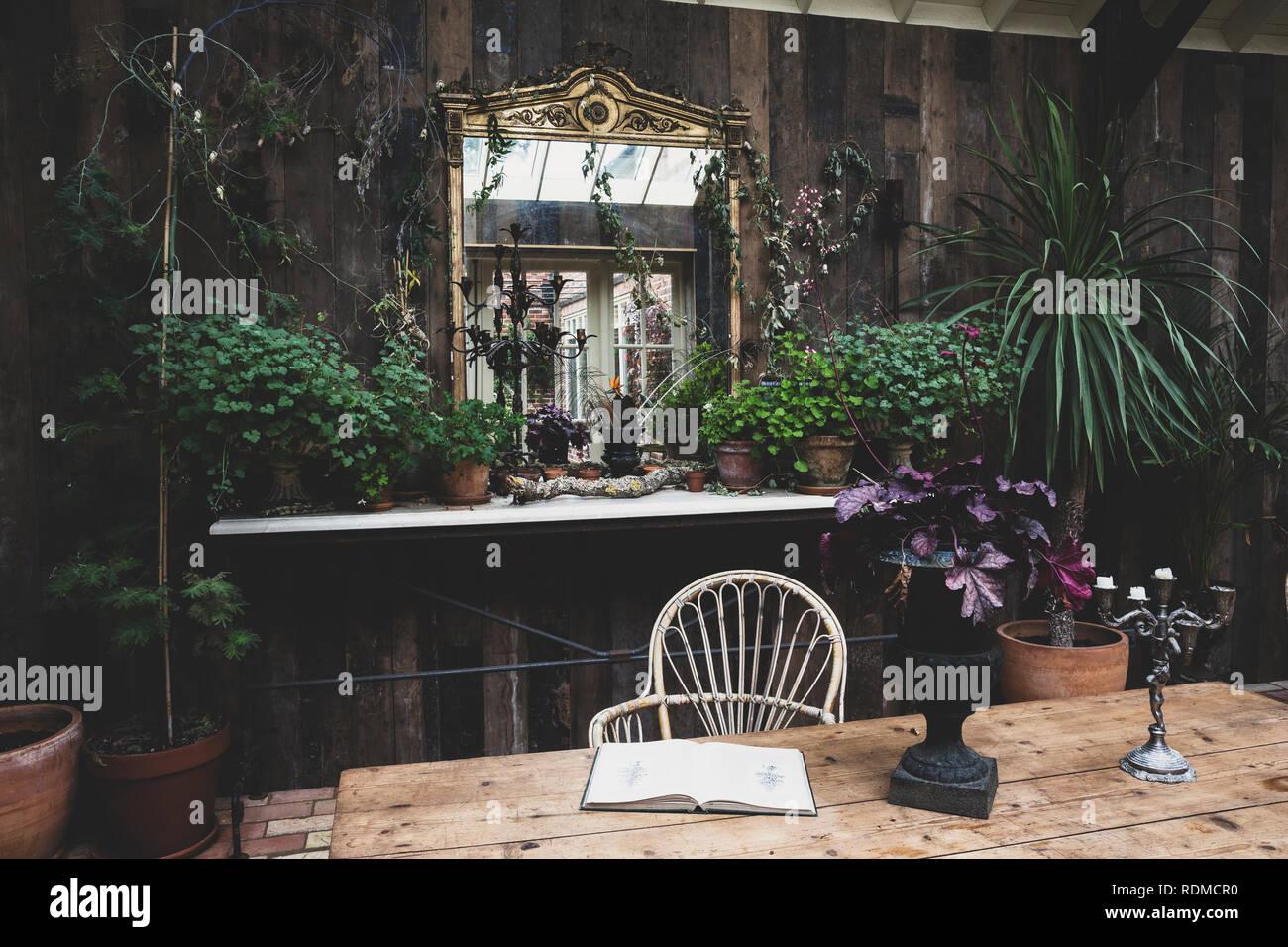 Salon de jardin avec des murs en bois, table en bois ...