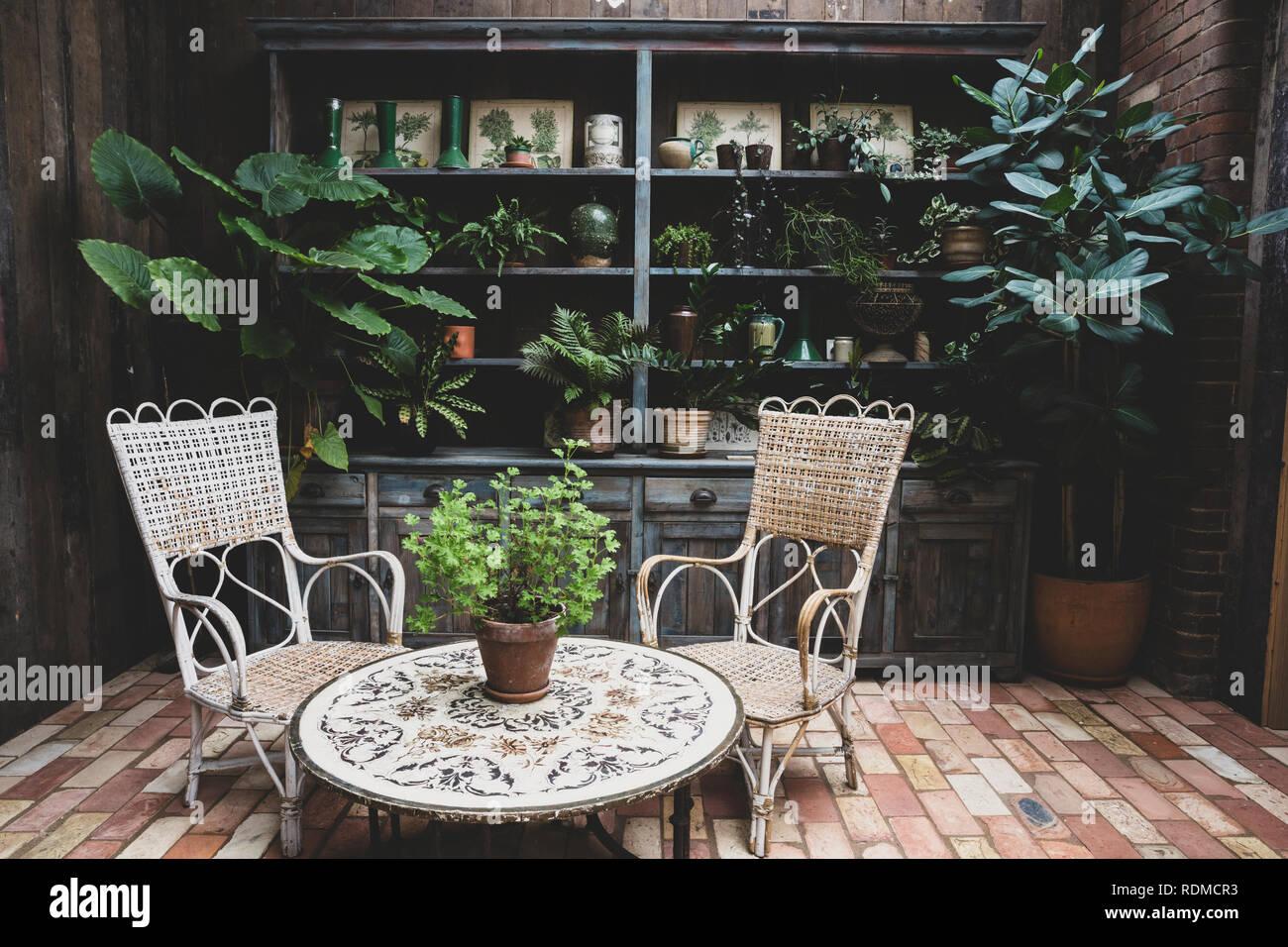Salon de jardin avec table et chaises en osier vintage et ...