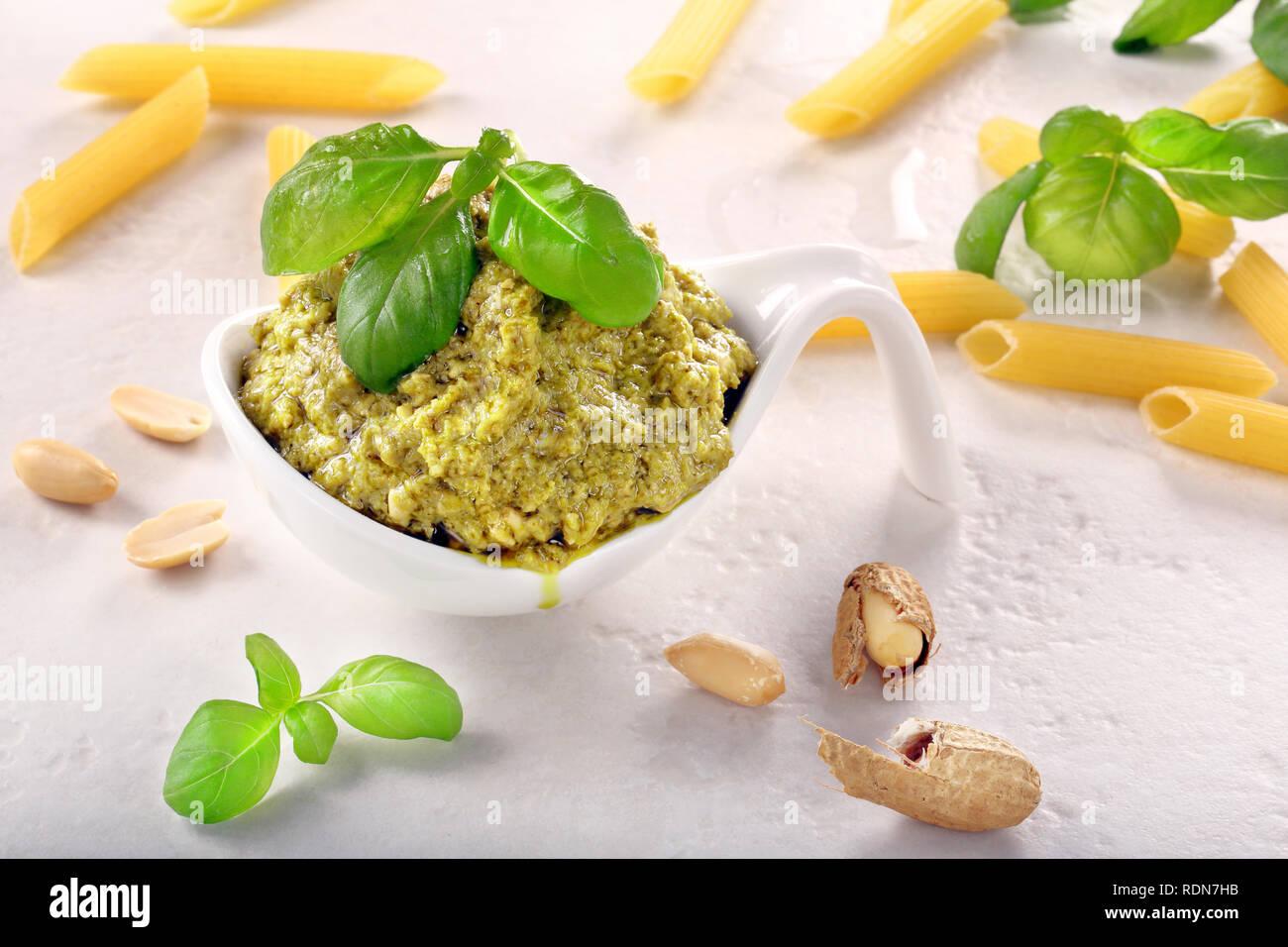 Pesto au basilic frais dans un bol blanc. Banque D'Images