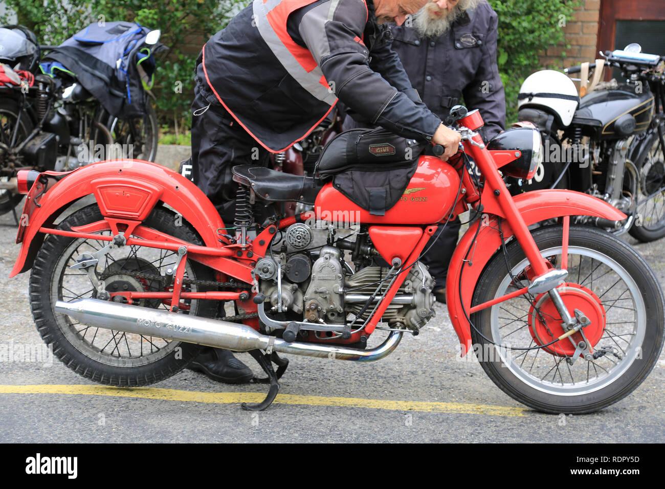 Vintage Classic italian motor cycle pour un cycle moteur de façon sauvage de l'Atlantique rallye, comté de Kerry, Irlande Banque D'Images