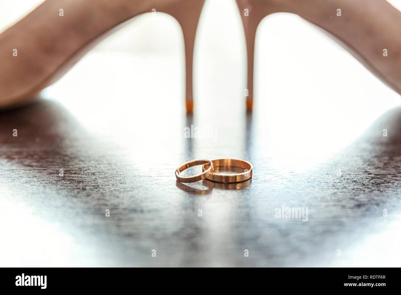 Belle De Mariage Et Chaussures De Mariée Sur Fond De Bois