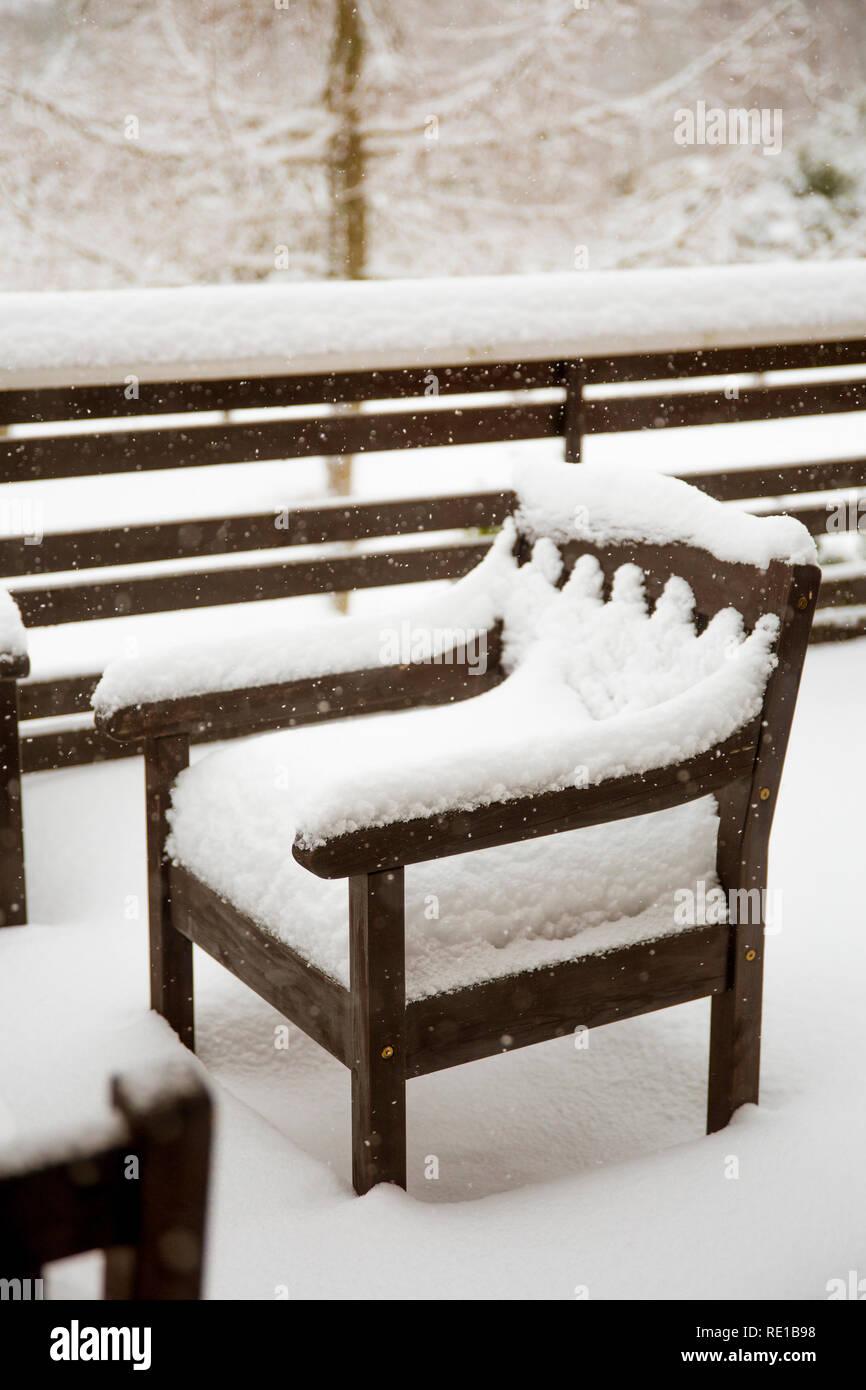 La neige propre frais couvrant en bois teinté brun acajou ...