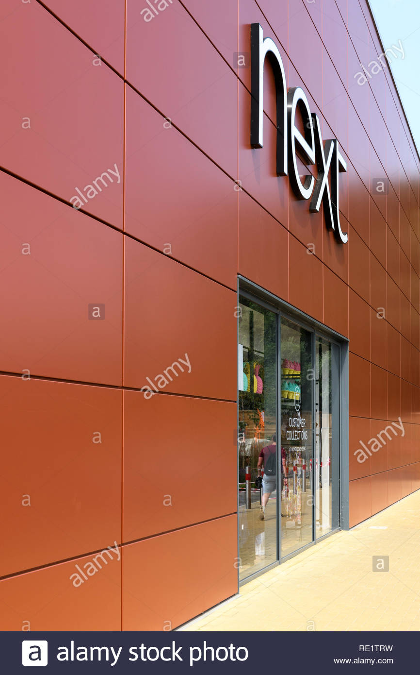 À côté de l'entrée du magasin, Rushden Lacs, retail park, Northampton, England, UK Banque D'Images