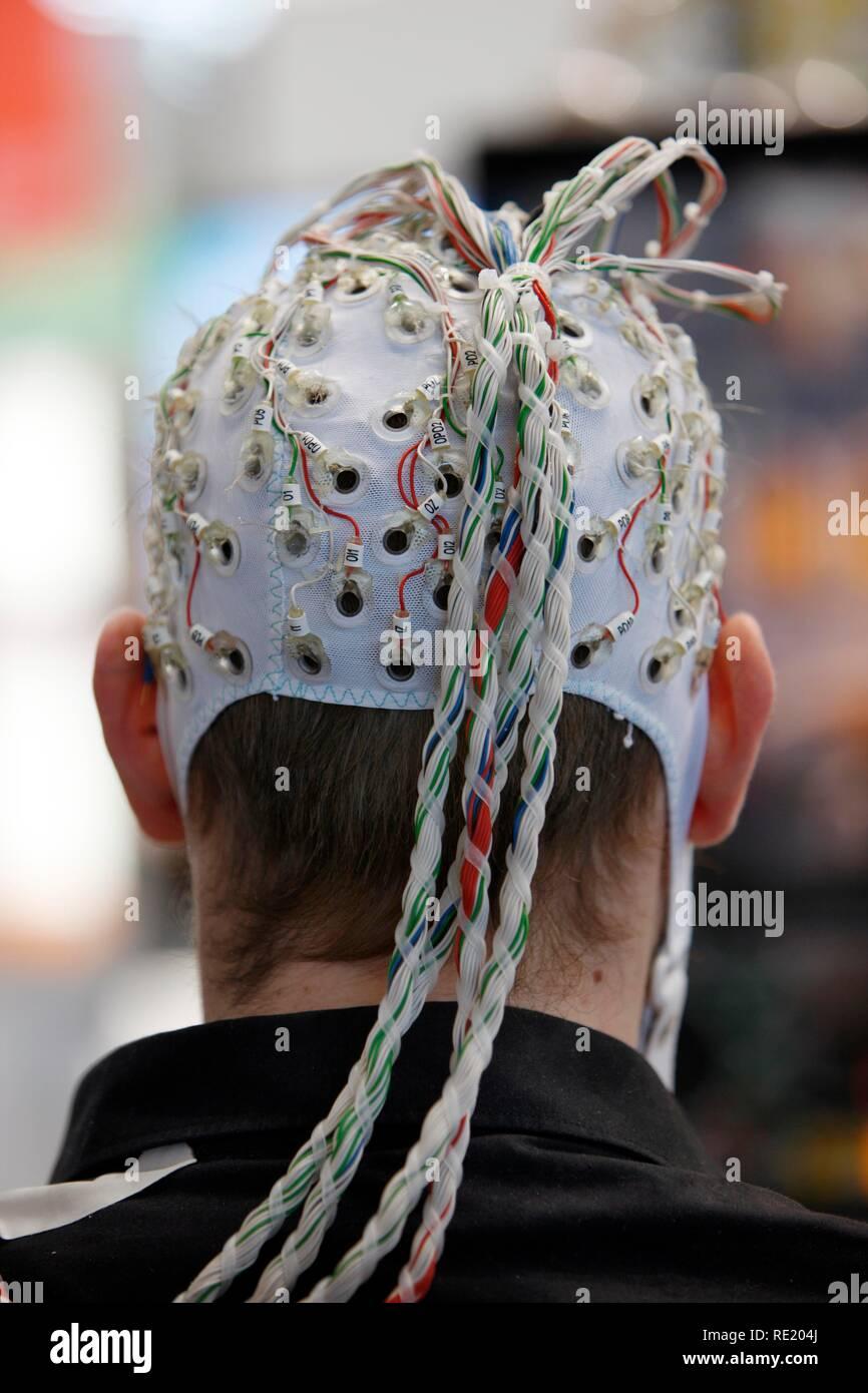 Contrôle de machines et d'ordinateurs à travers l'activité du cerveau, des électrodes sur le cuir chevelu de détecter l'activité du cerveau et donner des signaux à un Banque D'Images