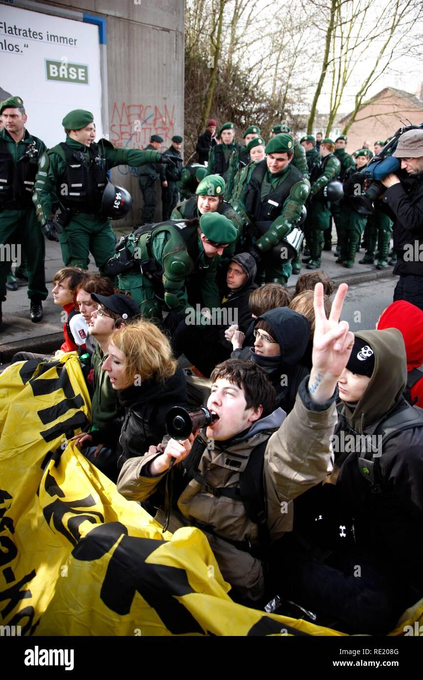 Compensation de la police un blocus routier au cours d'une manifestation dirigée contre la contre-manifestation du parti et le NPD Photo Stock