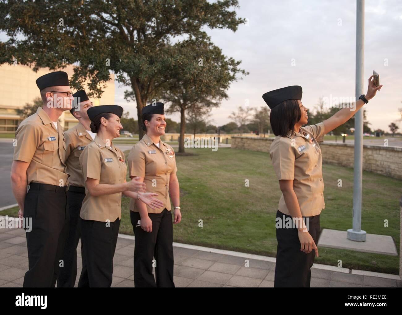 (COLLEGE Station, Texas) 2016 Des marins de l'année pour le porte-avions USS George H. W. Bush (CVN 77) prendre une photo ensemble au cours d'une visite de la Texas A&M University à College Station, Texas. La visite fait partie d'un voyage de deux jours à New York où l'homonyme de marins s'est engagé avec la communauté locale à l'importance de la Marine. Banque D'Images