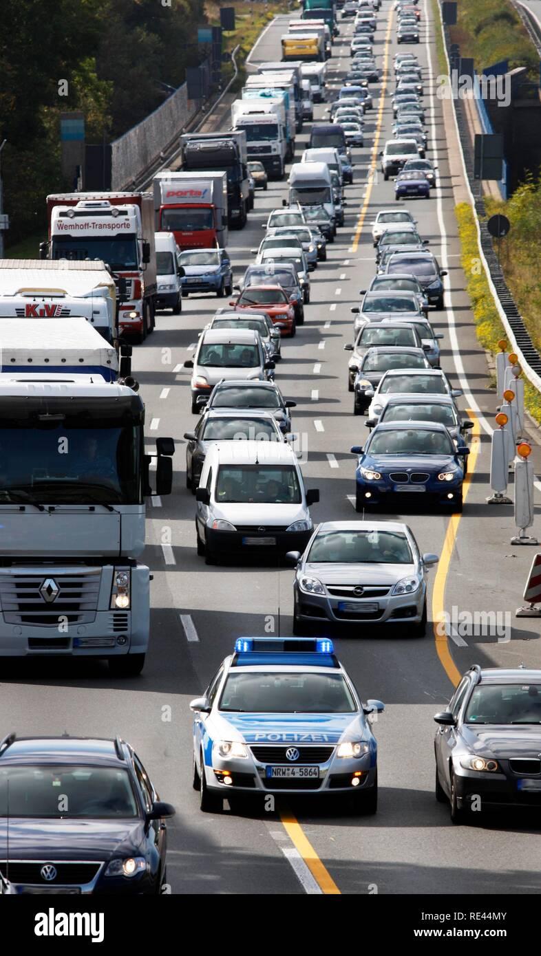 Voiture de police de la highway patrol le piquant à un embouteillage d'obtenir à un accident de voiture sur l'autoroute A2 Banque D'Images