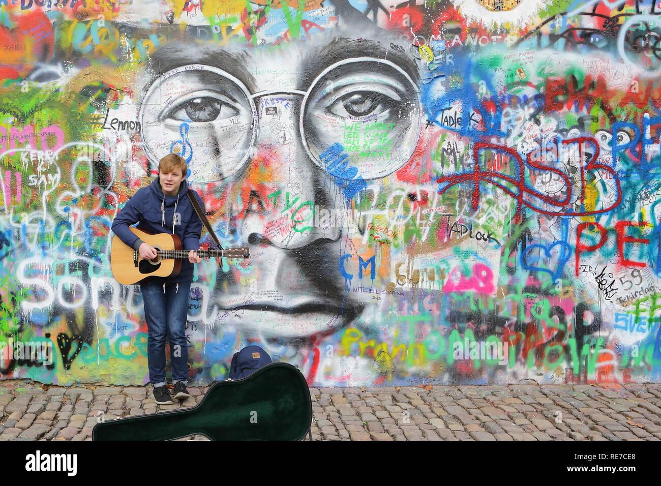 PRAGUE, RÉPUBLIQUE TCHÈQUE - 3 janvier:Le Mur de Lennon depuis le 1980 rempli de graffiti 3 JANVIER 2016 Prague. Utilisez uniquement éditoriale Banque D'Images