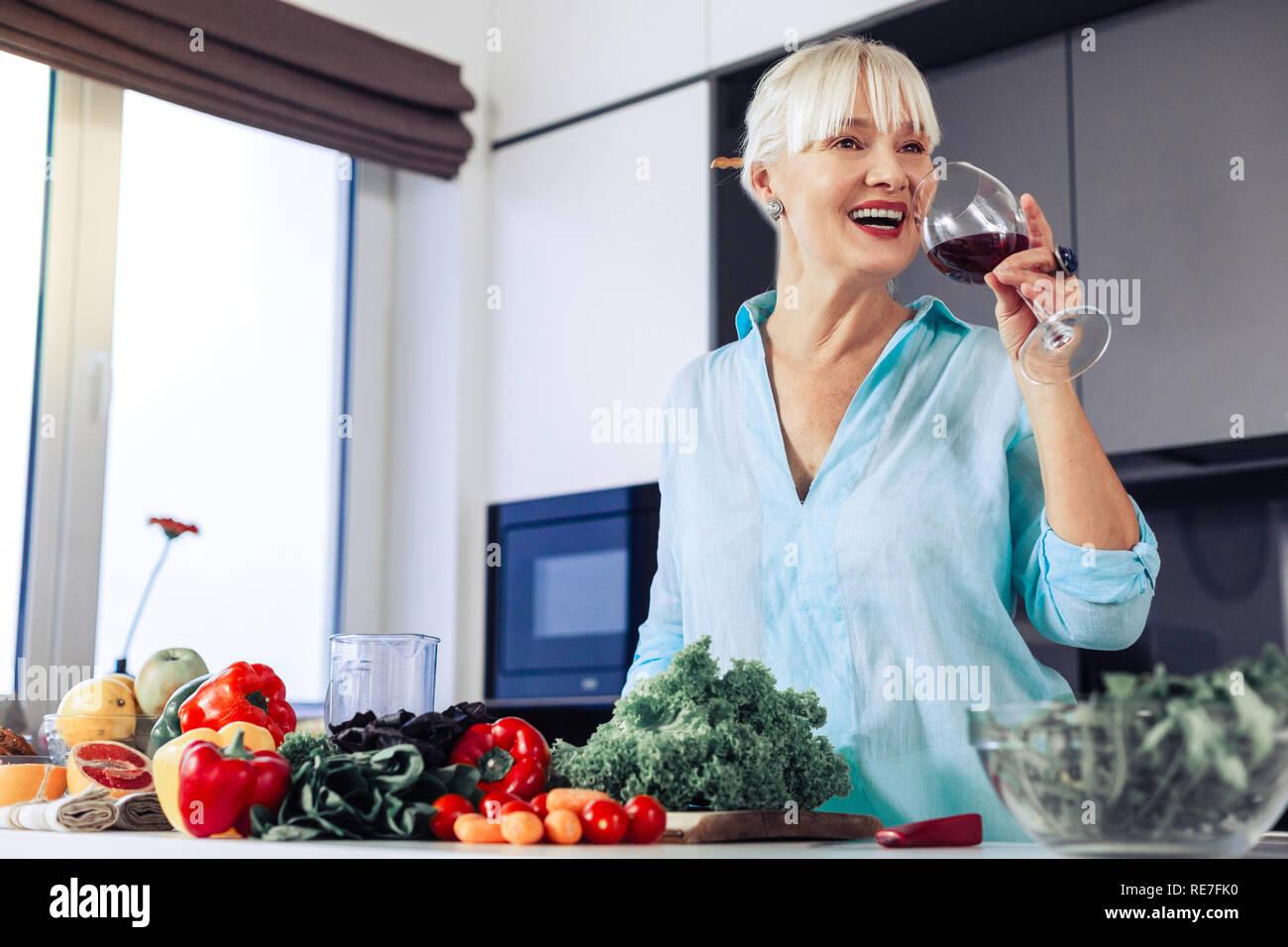 Belle femme heureuse d'être sur un régime alimentaire Photo Stock