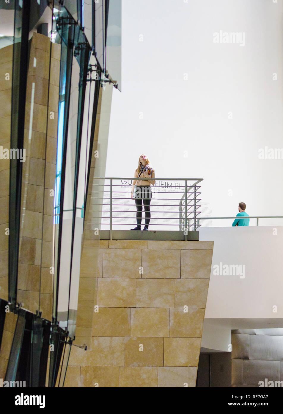 Les visiteurs d'admirer l'intérieur du musée Guggenheim de Bilbao dans le Nord de l'Espagne Art Banque D'Images