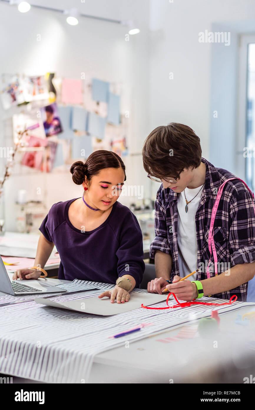 Deux jeunes designers asiatiques froming fashion école travaillant sur un nouveau modèle Banque D'Images