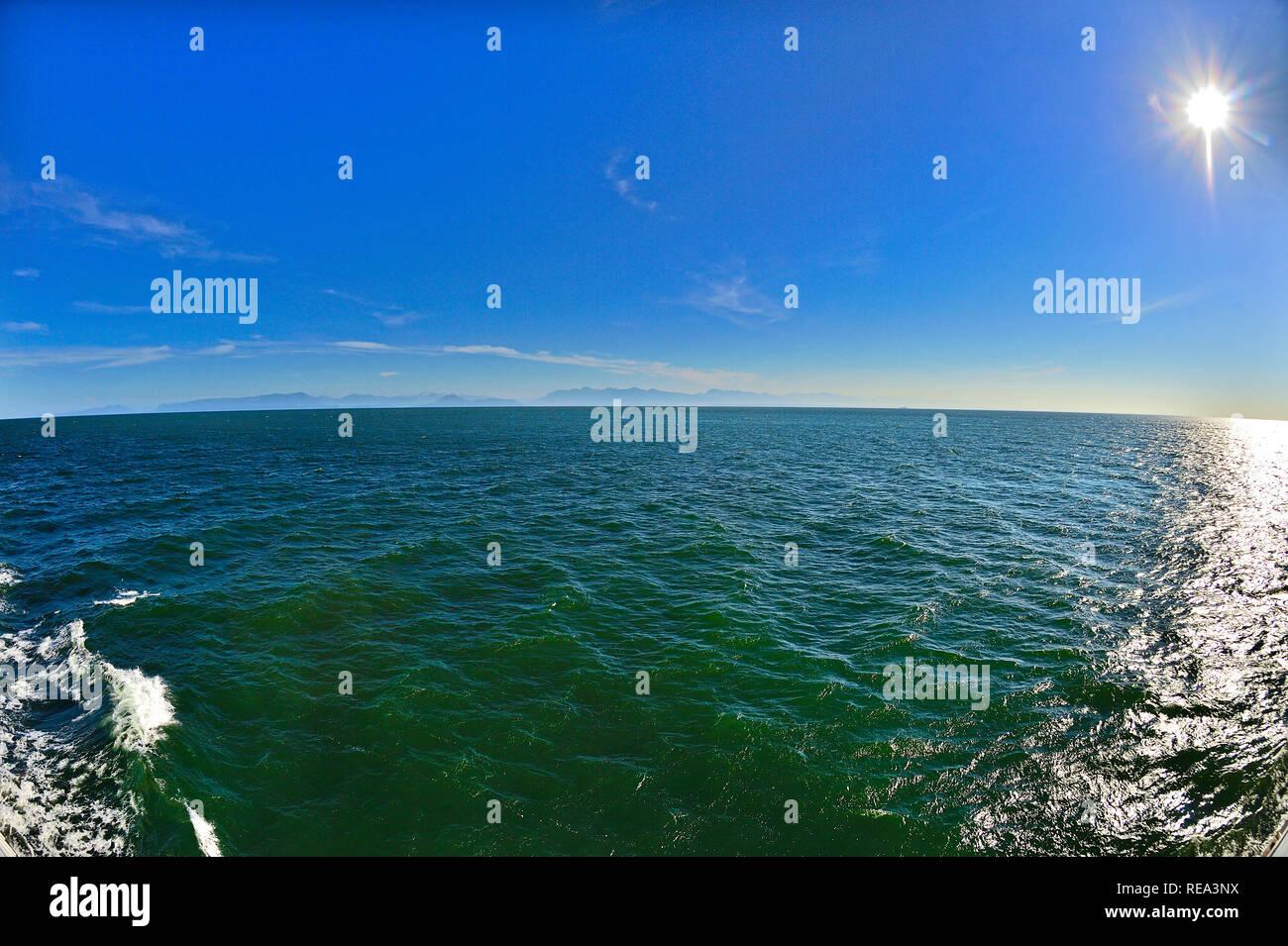 Un paysage horizontal de plaisance sur le détroit de Georgia près de l'île de Vancouver avec un horizon de fuite et d'un sun star Photo Stock