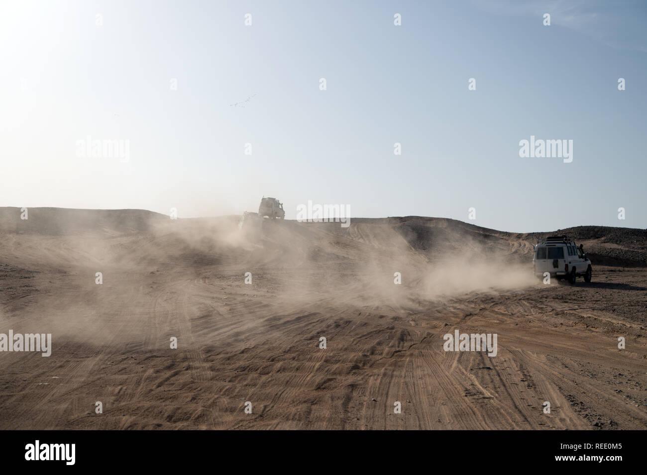 Course défi concours désert. Location de surmonter les obstacles de dunes de sable. Voiture conduit le tout-terrain avec des nuages de poussière. Véhicule hors route course obstacles dans désert. Désert sans fin. Course en désert de sable. Photo Stock