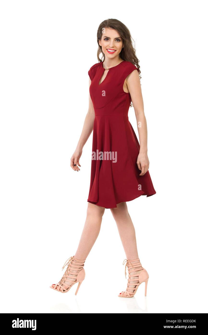 8880c6f9f2e Belle jeune femme élégante en robe marron et talons hauts est la marche et  à la