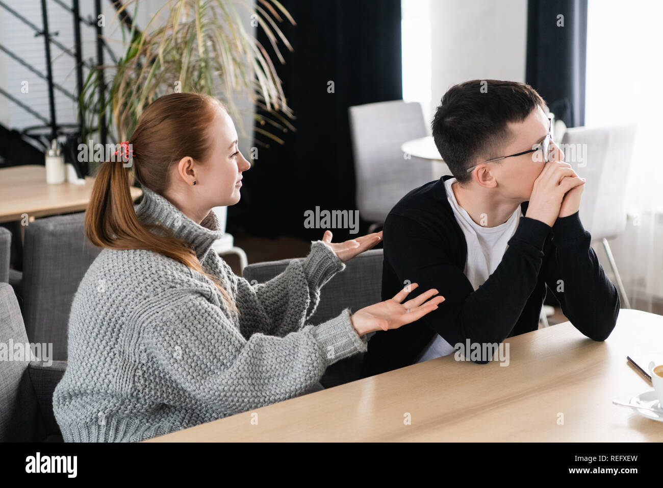 Malheureux jeune couple arguing, épouse en colère à la recherche de mari lui reproche de problèmes, les conflits dans le mariage, de mauvais rapports, l'homme et la femme ayant disputé ou désaccord Banque D'Images