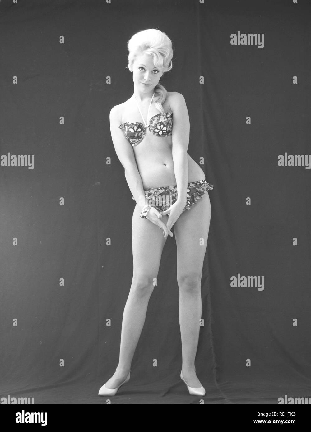dcdd34676196 1960 bikini fashion. Une fille blonde dans un studio de photographes ...