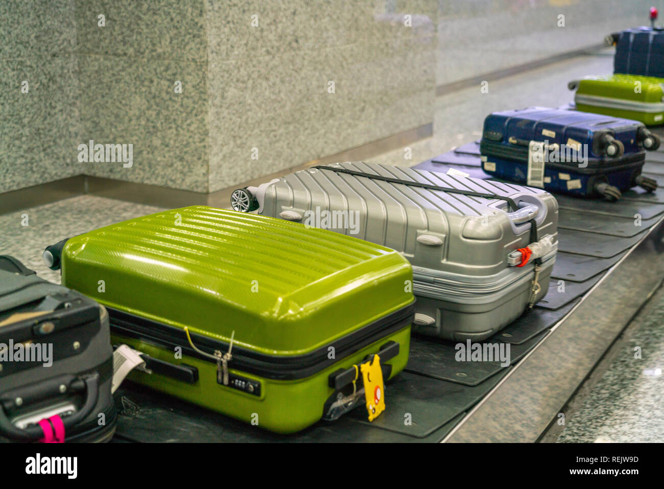 https www alamyimages fr valise et bagages sur le tapis roulant a l aeroport international image232754969 html