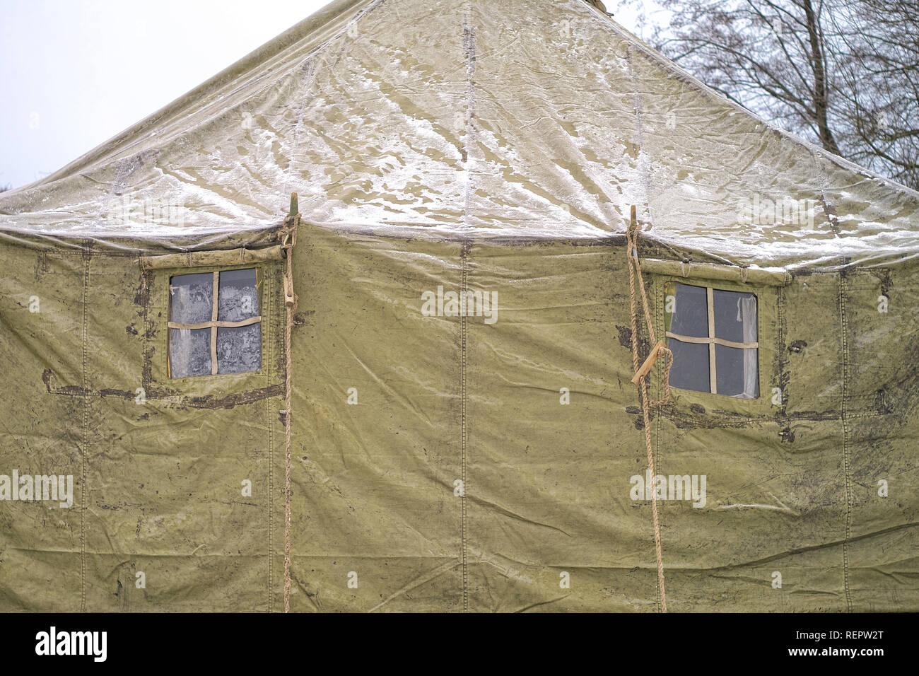 Deux Fenetres Tentes Militaires En Hiver Cheminee Chauffage Fumee