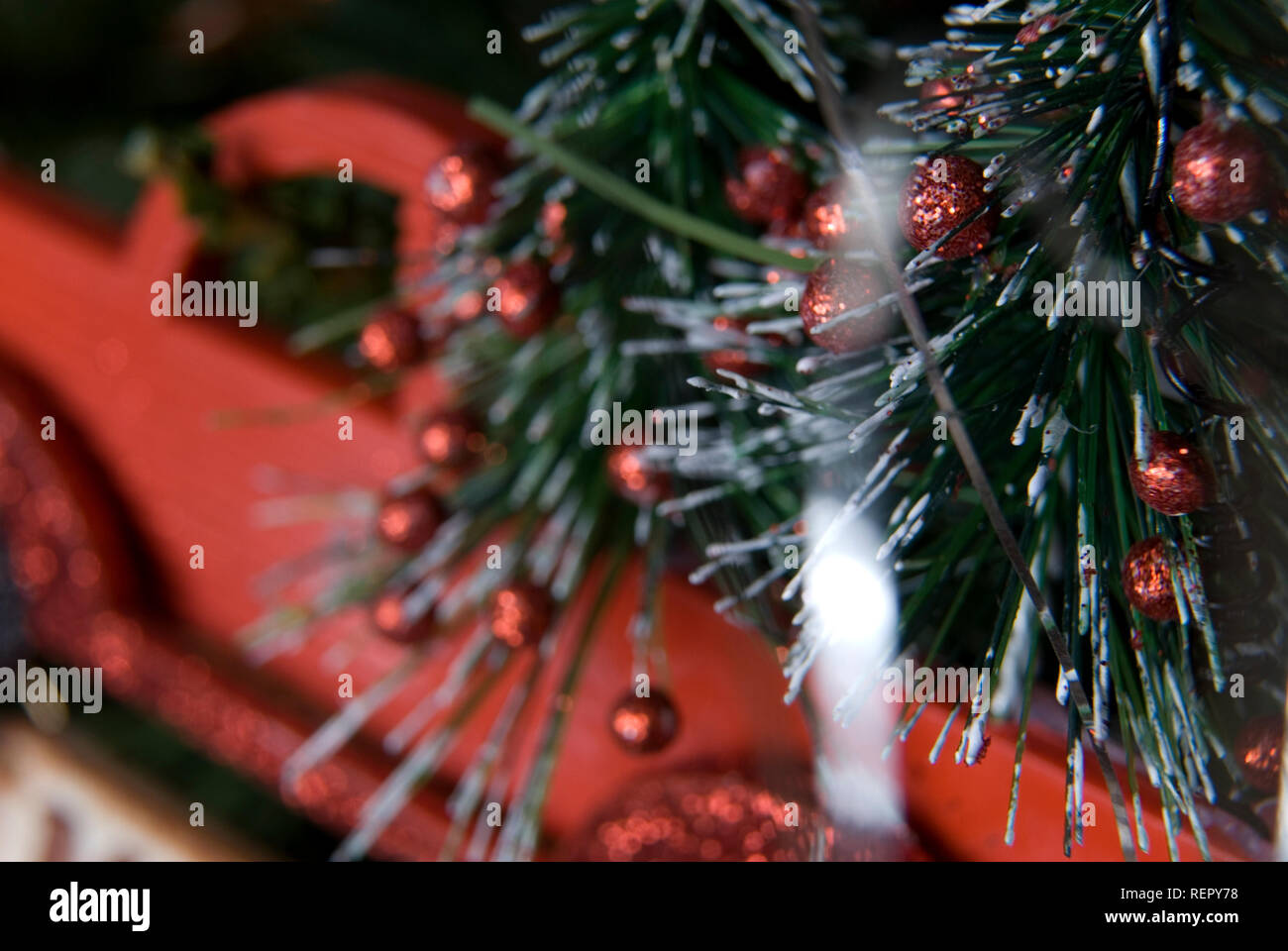 Vieux camion Christmas ornament hanging on tree, USA. Banque D'Images