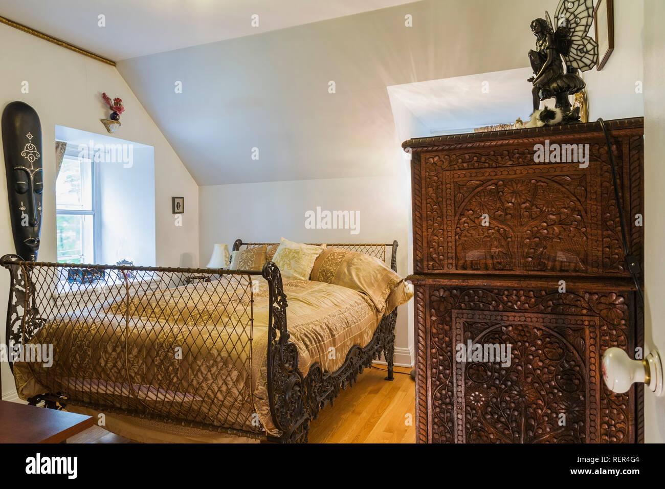 Commode en bois exotique et 3/4 chambres avec 200 ans de grille en ...