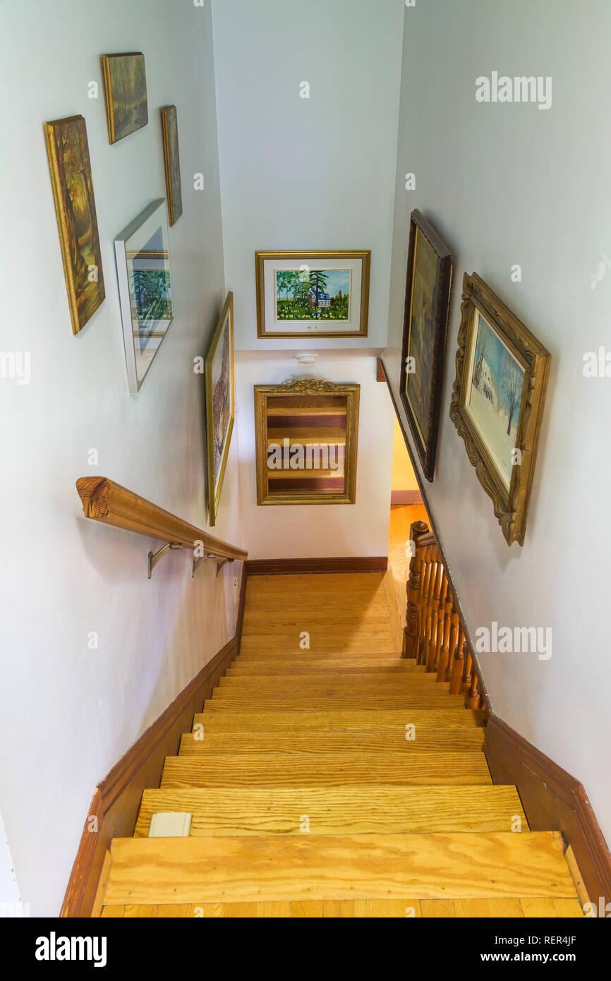 Escalier Dans Maison Ancienne escalier en chêne menant au rez-de-chaussée à l'intérieur d