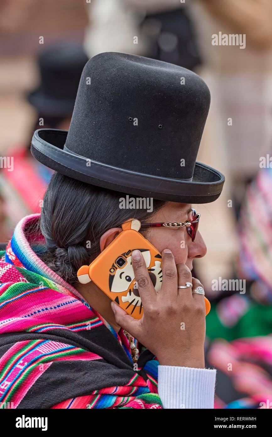 Femme autochtone, chola (cholita) dans les vêtements (pollera, jupe et foulard, Manta Ray) avec chapeau typique Banque D'Images