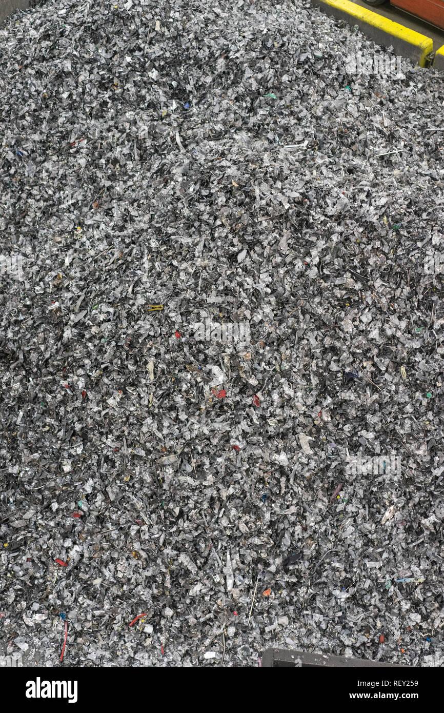 Corbeille de recyclage des déchets informatiques des déchets technologiques dans le domaine de l'électronique en attente d'être démonter que des déchets recyclables. Photo Stock