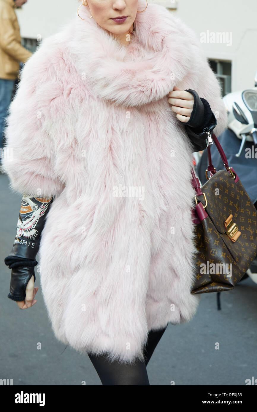 de51be9de678 MILAN, ITALIE - 13 janvier 2019   Femme avec manteau de fourrure rose et  marron