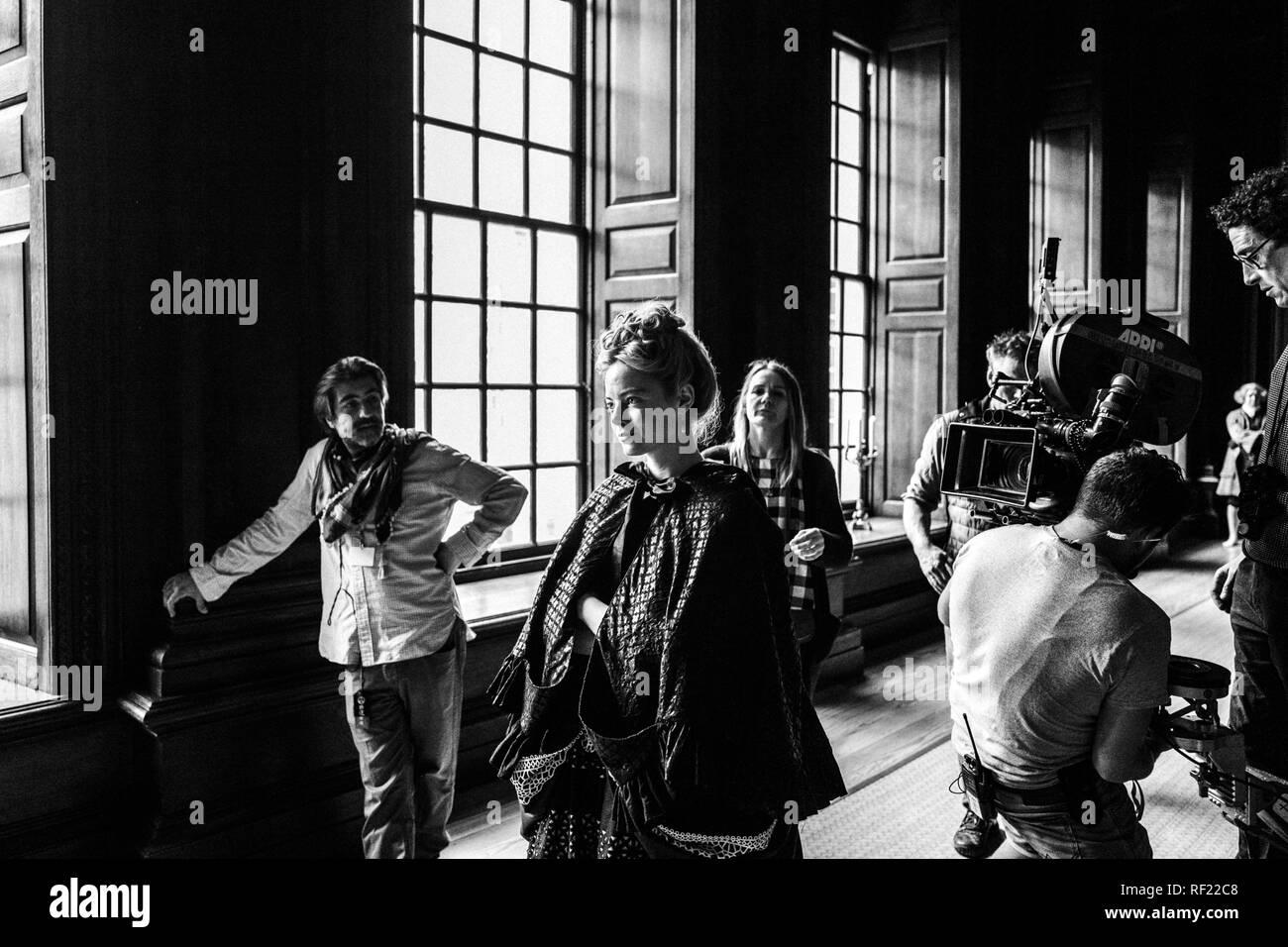 Prod DB © Yorgos Lanthimos - 20th Century Fox - Élément d'images - Scarlet Films - Film4 - Waypoint Loisirs / DR LA FAVORITE la favorite de Yorgos Lanthimos 2018 IRL./GB/USA Atilla Salih Yucer (1er assistant realisateur) Emma Stone sur le tournage sur le plateau; tournage; Premier directeur adjoint; 1er assistant realisateur Photo Stock