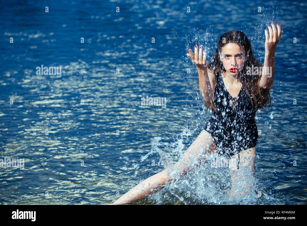 Femme nager à plage, nature, wet girl with long hair. Photo Stock