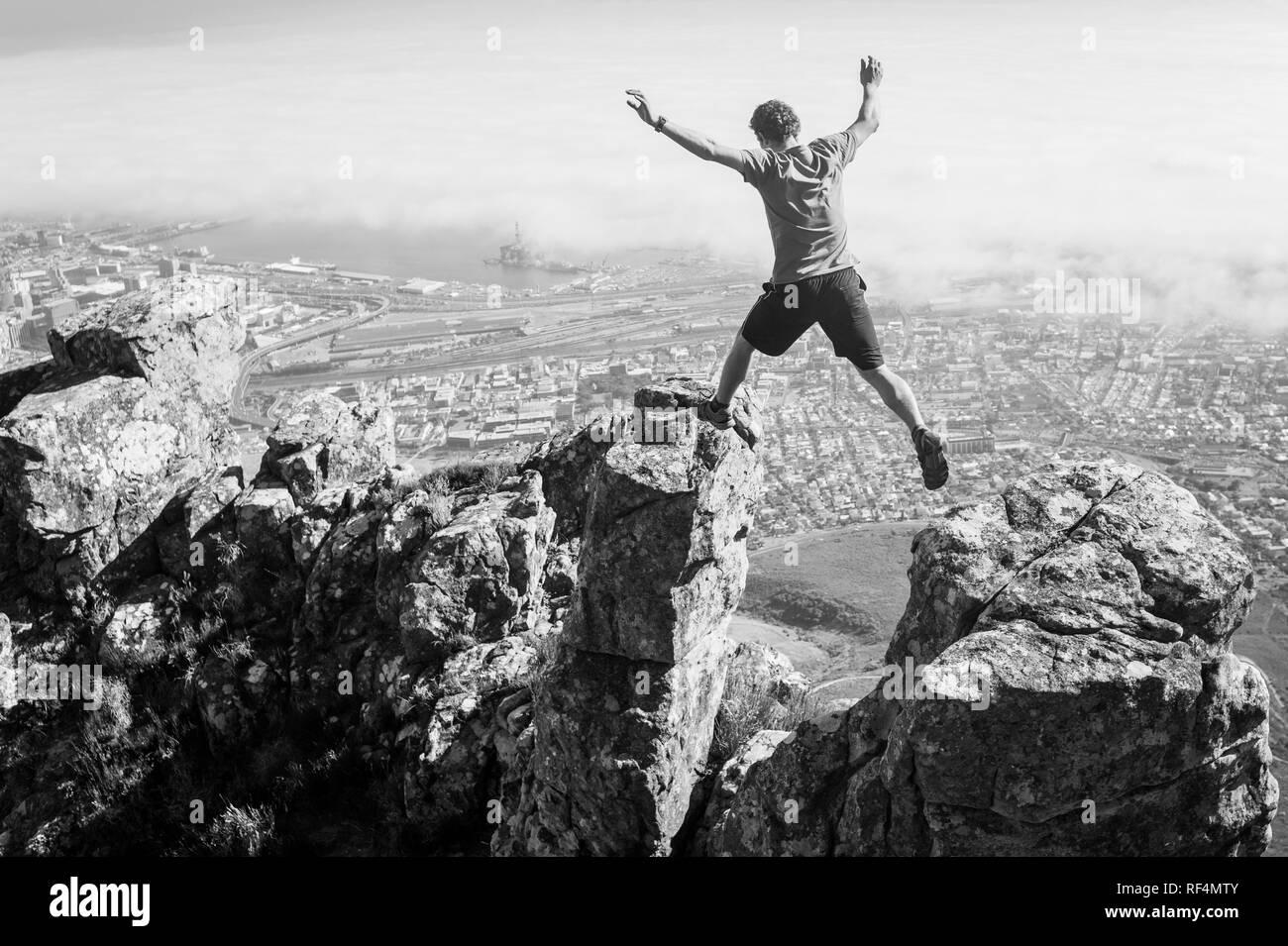 Mowbray Ridge sentier mène les randonneurs urbains de la merveille de Devil's Peak, partie de Table Mountain National Park, à Cape Town, Western Cape, Afrique du Sud Banque D'Images